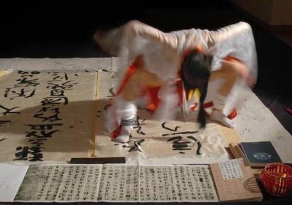 (中国)女性器に筆を挿して書道をするベテラン前衛芸術家さん、中国美術家協会を追放されるwwwwwwwwwwwwwwwwwwwwwwwwwwww(写真あり)