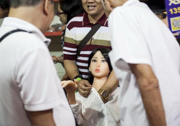 マジキチ大国中国にて開催されてる「ダッチワイフ祭り」に群がる男の様子をご覧下さいwwwwwwwwwwwwwwww(写真あり)