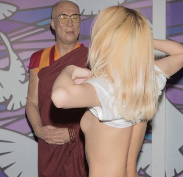 (写真あり)ダライ・ラマ14世、露出狂にお乳見せつけられて思わずニッコリwwwwwwwwwwwwwwwwwwwwwwwwwwwwwwwwww