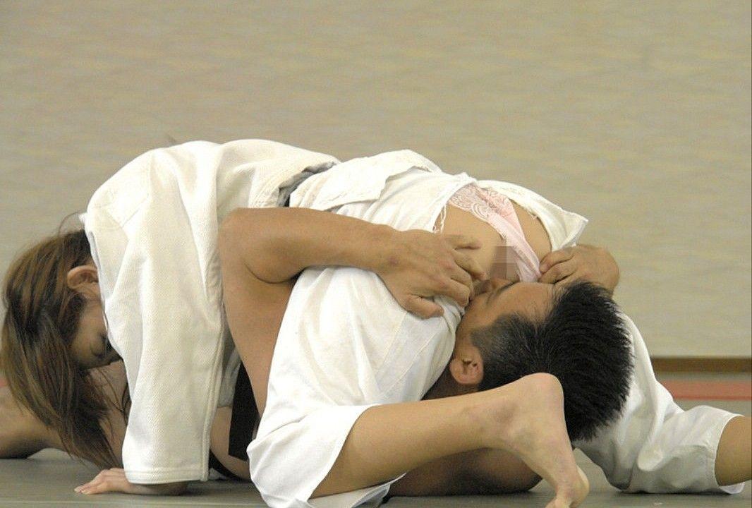 【朗報】柔道でおっぱいポロリ放送事故!!! → 「チクビ吸ってて草」「草ンゴニキw」「これはワロタwwwwww」(画像あり)・3枚目
