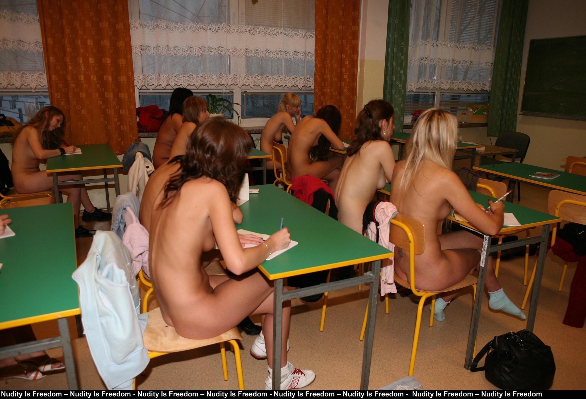 【マジキチ】強制全裸な海外の高校の様子をご覧下さいwwwwwwwwwwwwwwwwwwwwwwwwwwwwwwww(画像あり)・12枚目