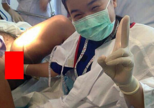 (マジキチ)産婦人科医師が女性患者のアソコに手を入れピースし写真収録 →それがネットに流出し問題にwwwwwwwwww(写真あり)