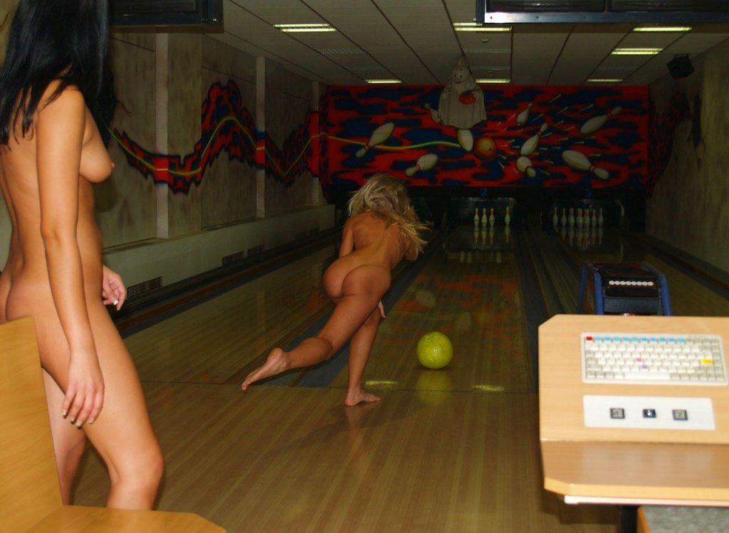 отвращением смотрела девушки играют на раздевание смотреть видео носим колготки
