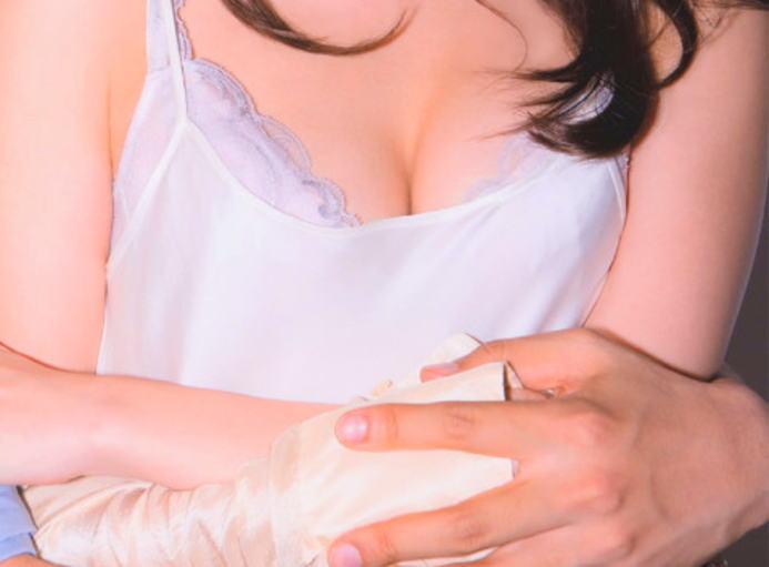 【悲報】小嶋陽菜(28)が感じて乳首ビンビンになってる写真をananの表紙に使われるwwwwwwwwwwwwwwww(画像あり)・2枚目