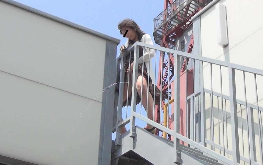 【マジキチ】高低差5m以上の高所から放尿してるまんさんのマジキチ画像よ、集まれwwwwwwwwwwww(画像あり)・20枚目
