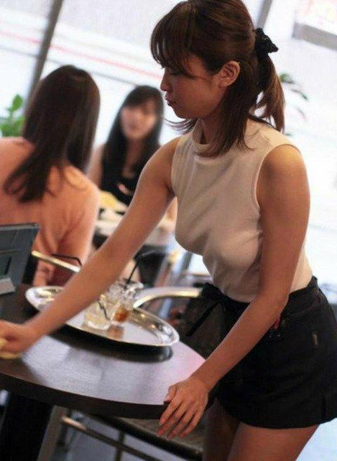 【画像】 女性カフェ店員がノーブラで出勤した結果wwwwwwwwwwwwwwwwwwwwwwwwww・1枚目