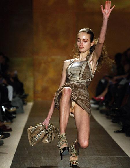 【朗報】ファッションショーのモデルまんさん、ステージで転倒しとんでも部分を御開帳wwwwwwwwwwwwwwwww(画像あり)・1枚目