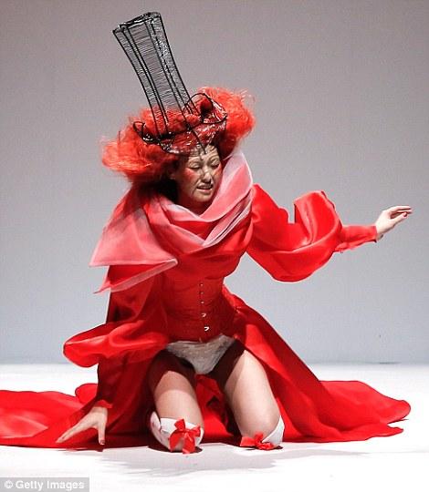 【朗報】ファッションショーのモデルまんさん、ステージで転倒しとんでも部分を御開帳wwwwwwwwwwwwwwwww(画像あり)・10枚目