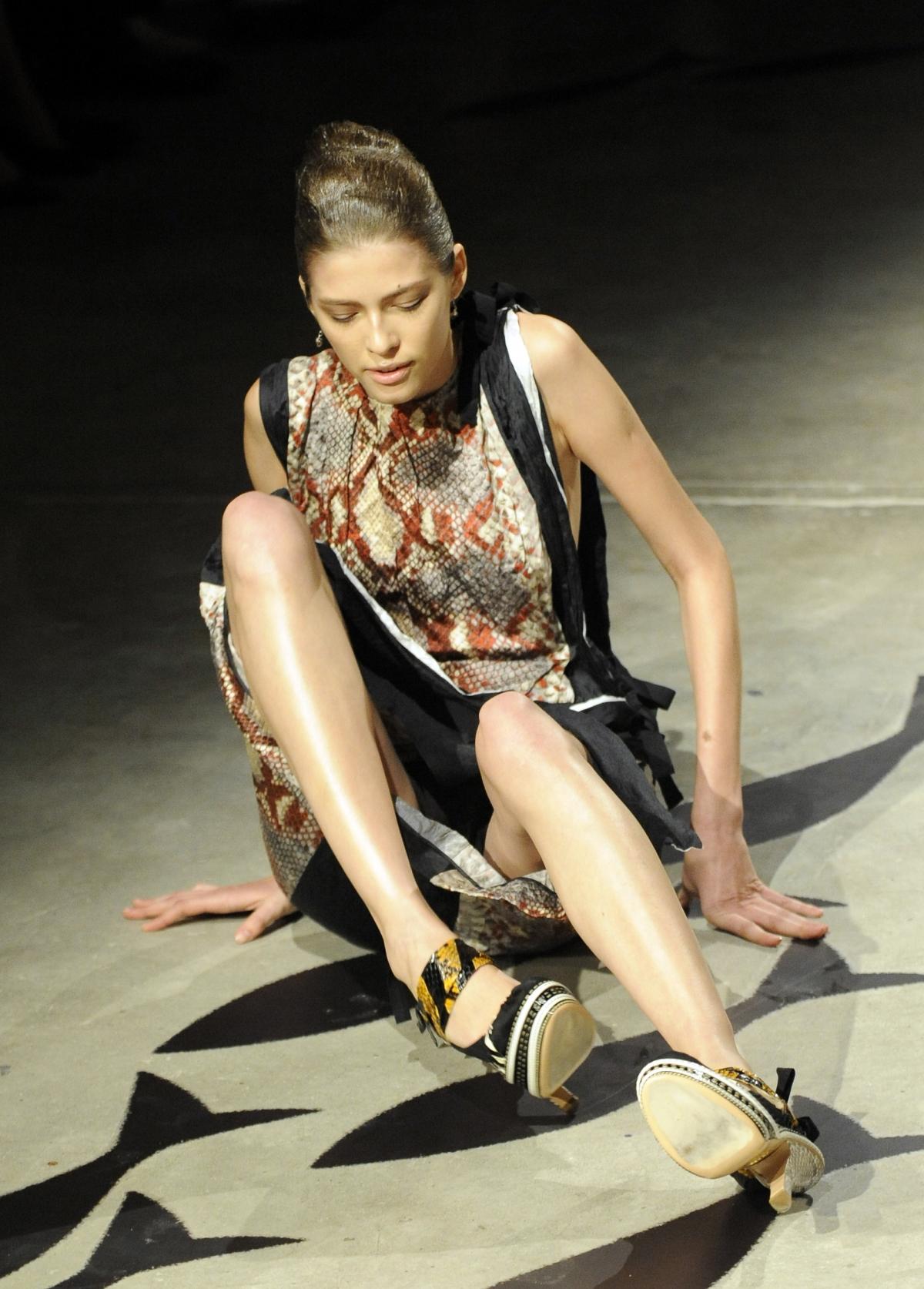 【朗報】ファッションショーのモデルまんさん、ステージで転倒しとんでも部分を御開帳wwwwwwwwwwwwwwwww(画像あり)・12枚目