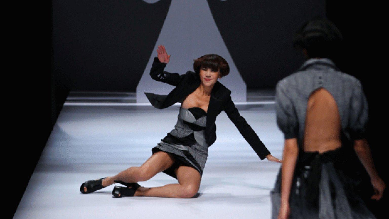 【朗報】ファッションショーのモデルまんさん、ステージで転倒しとんでも部分を御開帳wwwwwwwwwwwwwwwww(画像あり)・13枚目