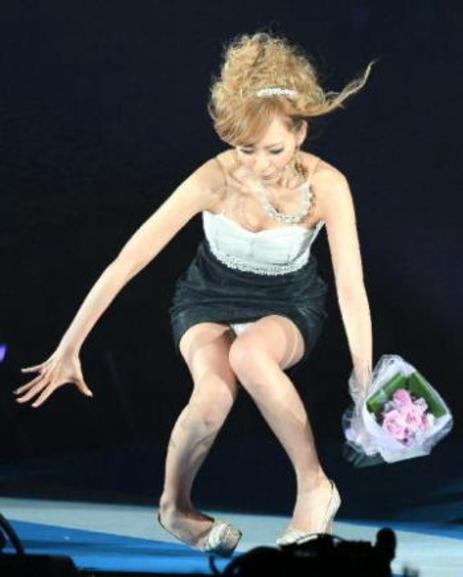 【朗報】ファッションショーのモデルまんさん、ステージで転倒しとんでも部分を御開帳wwwwwwwwwwwwwwwww(画像あり)・15枚目