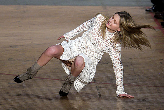 【朗報】ファッションショーのモデルまんさん、ステージで転倒しとんでも部分を御開帳wwwwwwwwwwwwwwwww(画像あり)・19枚目