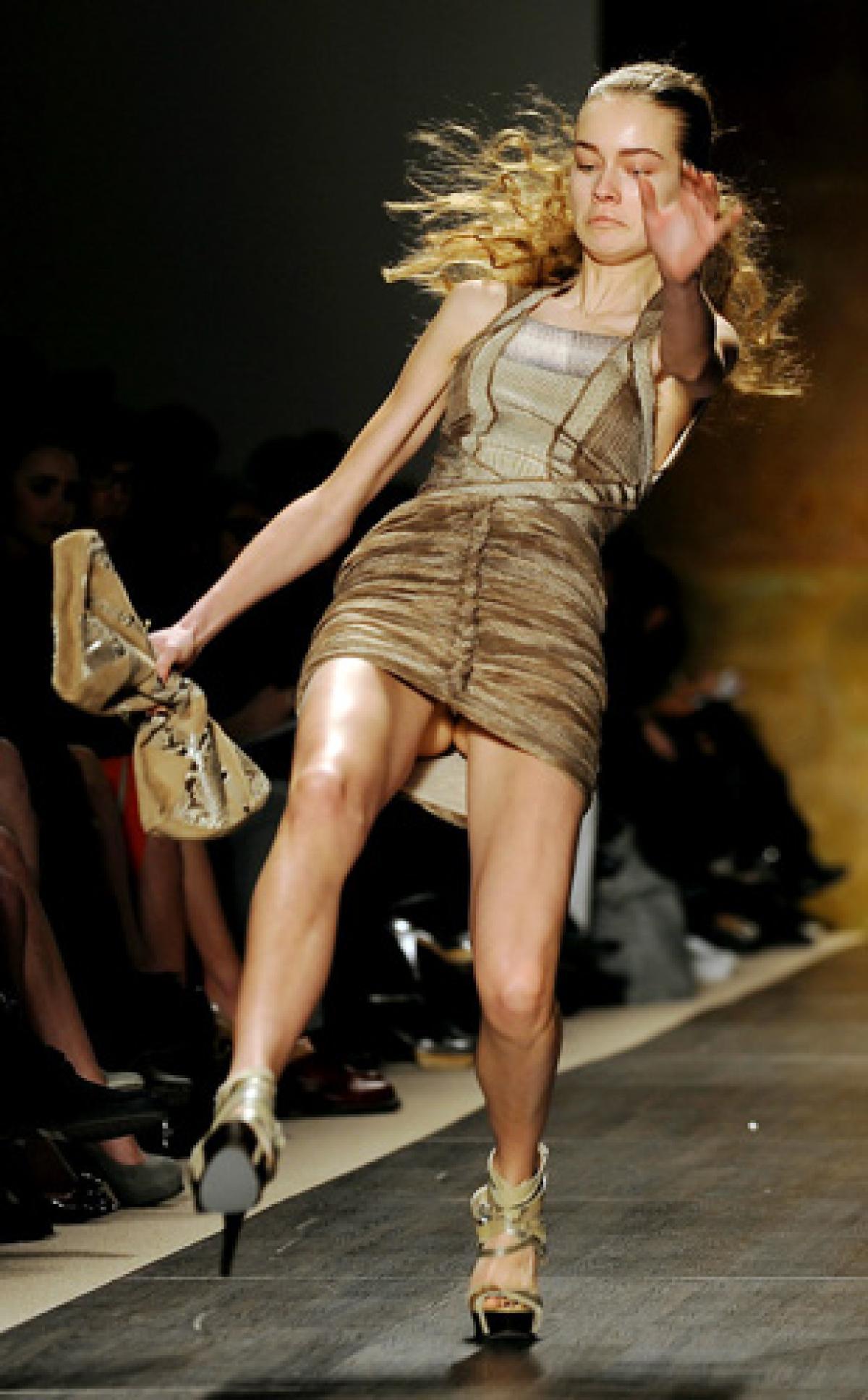 【朗報】ファッションショーのモデルまんさん、ステージで転倒しとんでも部分を御開帳wwwwwwwwwwwwwwwww(画像あり)・2枚目