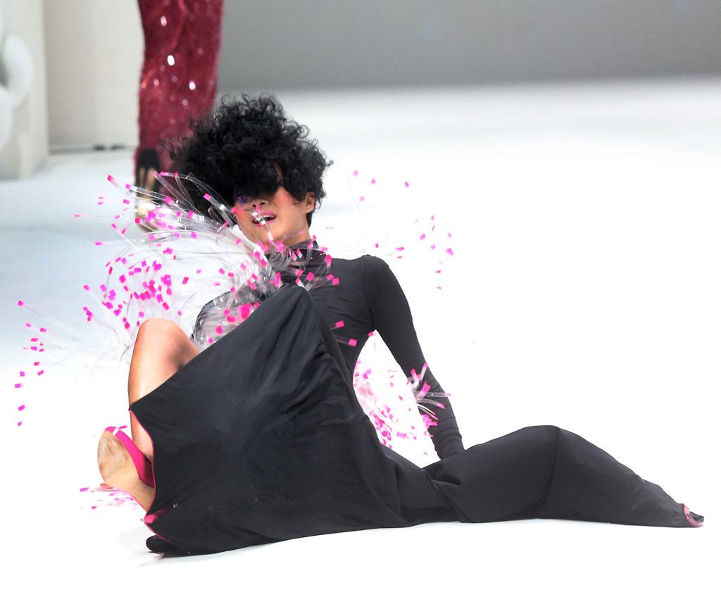 【朗報】ファッションショーのモデルまんさん、ステージで転倒しとんでも部分を御開帳wwwwwwwwwwwwwwwww(画像あり)・22枚目