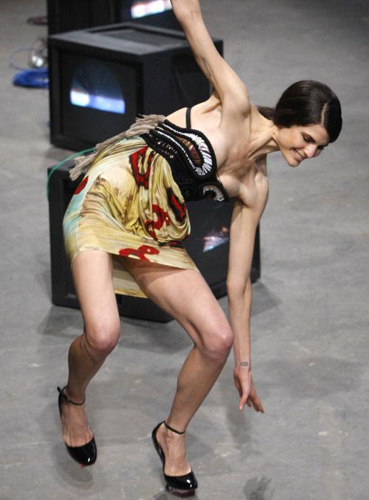【朗報】ファッションショーのモデルまんさん、ステージで転倒しとんでも部分を御開帳wwwwwwwwwwwwwwwww(画像あり)・5枚目