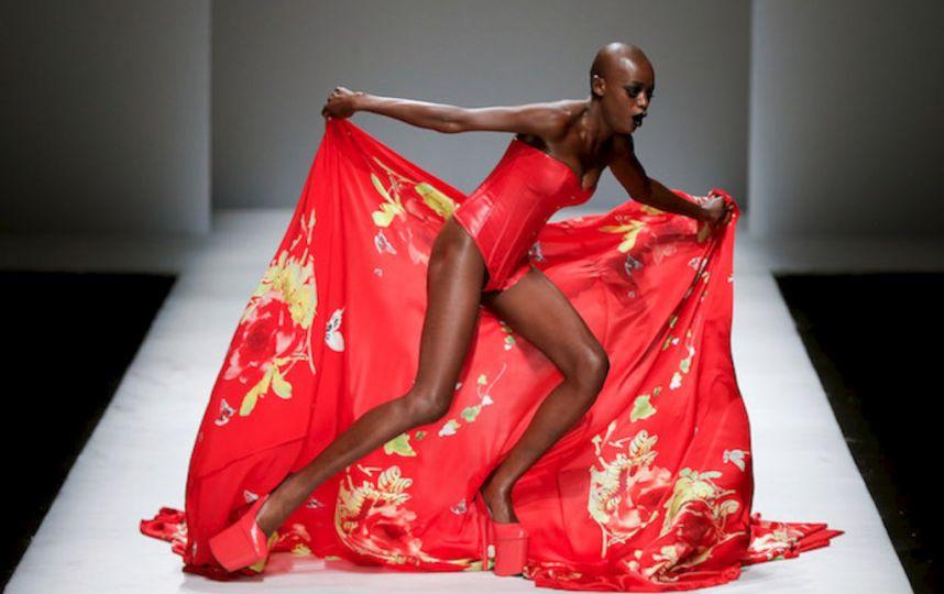 【朗報】ファッションショーのモデルまんさん、ステージで転倒しとんでも部分を御開帳wwwwwwwwwwwwwwwww(画像あり)・7枚目