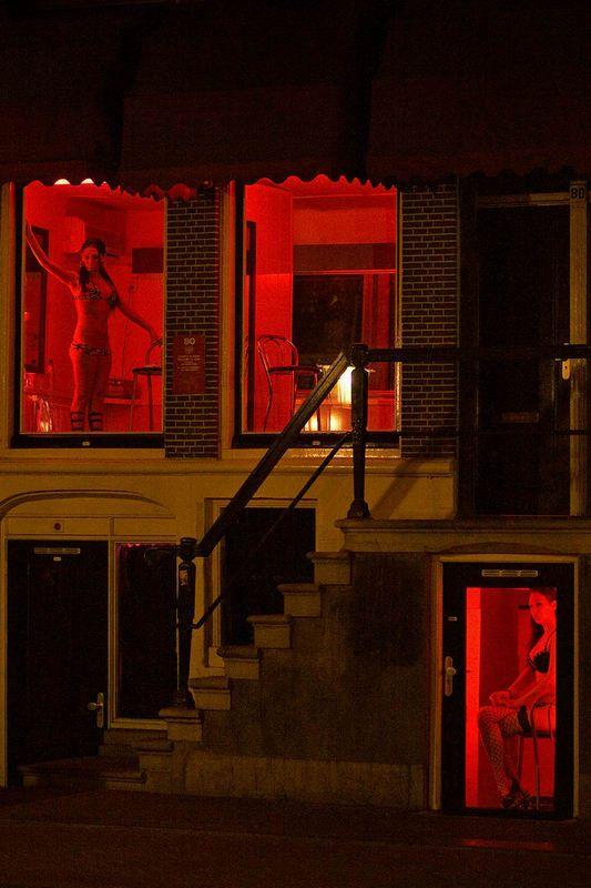 【異国性文化】オランダ「飾り窓」の売春婦が想像以上に秀逸でワロタwwwwwwwwwwwww(画像あり)・10枚目