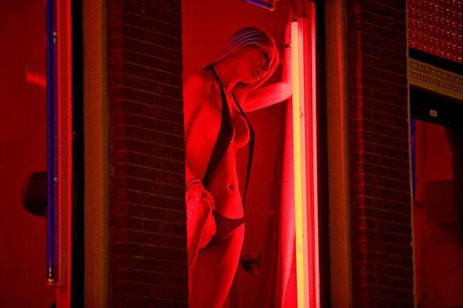 【異国性文化】オランダ「飾り窓」の売春婦が想像以上に秀逸でワロタwwwwwwwwwwwww(画像あり)・13枚目