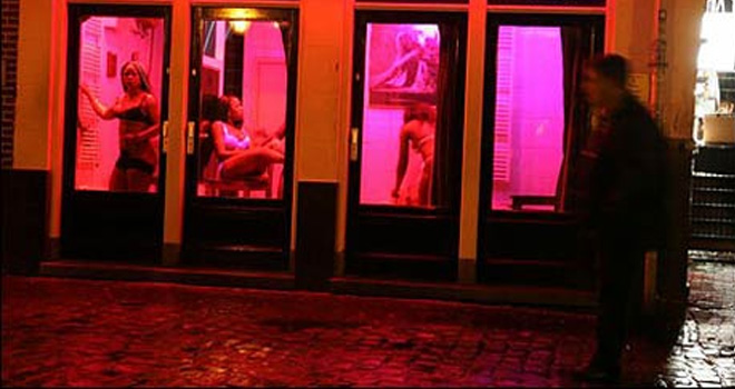 【異国性文化】オランダ「飾り窓」の売春婦が想像以上に秀逸でワロタwwwwwwwwwwwww(画像あり)・14枚目