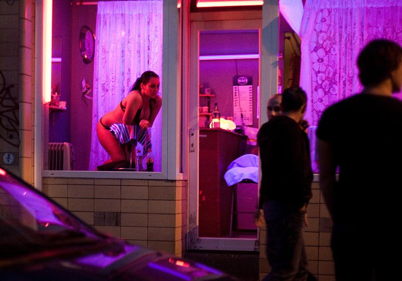 【異国性文化】オランダ「飾り窓」の売春婦が想像以上に秀逸でワロタwwwwwwwwwwwww(画像あり)・18枚目