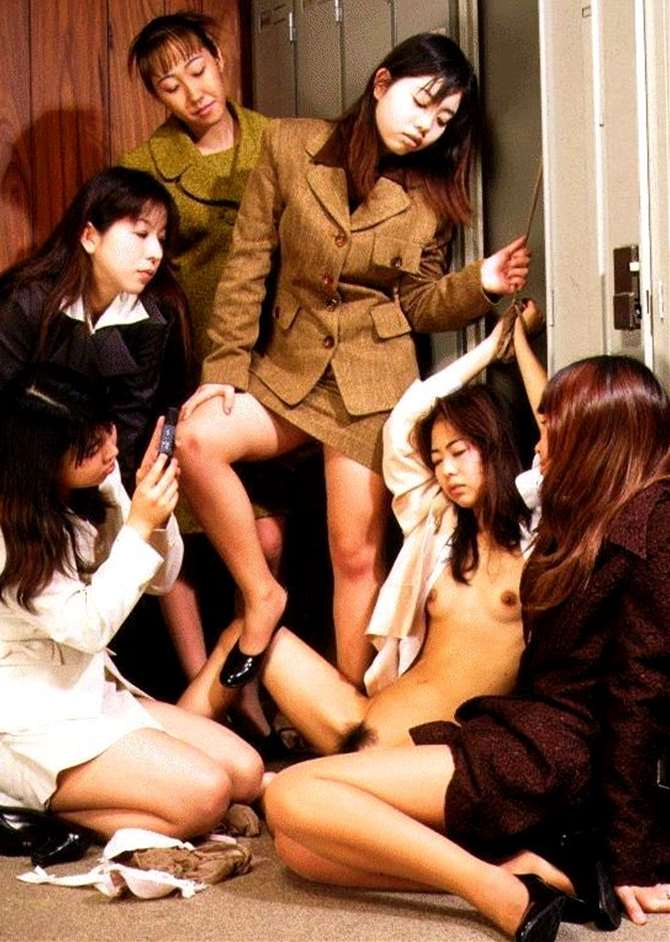 【閲覧注意】女同士の性的イジメの現場画像がドン引き・・・(画像あり)・2枚目