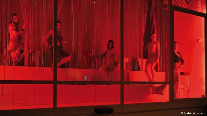 【異国性文化】オランダ「飾り窓」の売春婦が想像以上に秀逸でワロタwwwwwwwwwwwww(画像あり)・2枚目