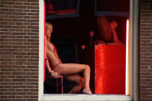 【異国性文化】オランダ「飾り窓」の売春婦が想像以上に秀逸でワロタwwwwwwwwwwwww(画像あり)・20枚目