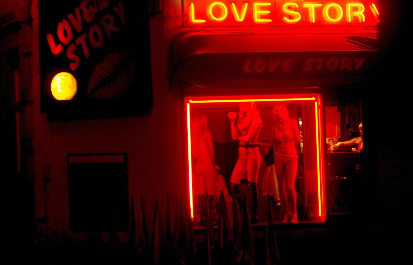 【異国性文化】オランダ「飾り窓」の売春婦が想像以上に秀逸でワロタwwwwwwwwwwwww(画像あり)・21枚目