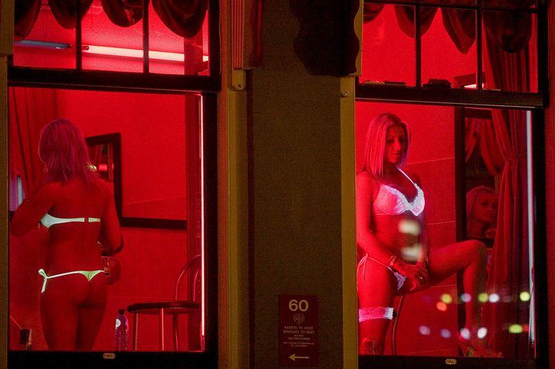 【異国性文化】オランダ「飾り窓」の売春婦が想像以上に秀逸でワロタwwwwwwwwwwwww(画像あり)・5枚目