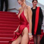 【悲報】レッドカーペットマンコさん、露出度の高すぎるドレスでマン毛を見せた上、拡大検証されてしまい無事死亡wwwwwwwwww(画像あり)
