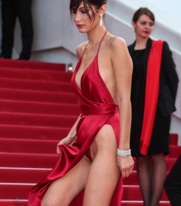 (悲報)レッドカーペットまんこさん、露出度の高すぎるドレスでマン毛を見せた上、拡大検証されてしまい無事死亡wwwwwwwwwwwwwwwwwwww(写真あり)