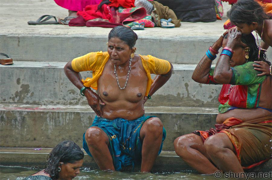 【神秘】ガンジス川で沐浴するまんさん、脱いだらこんなにエロかったwww これは鼻血でたわwwwwwwwwwwwwwwwwww・1枚目