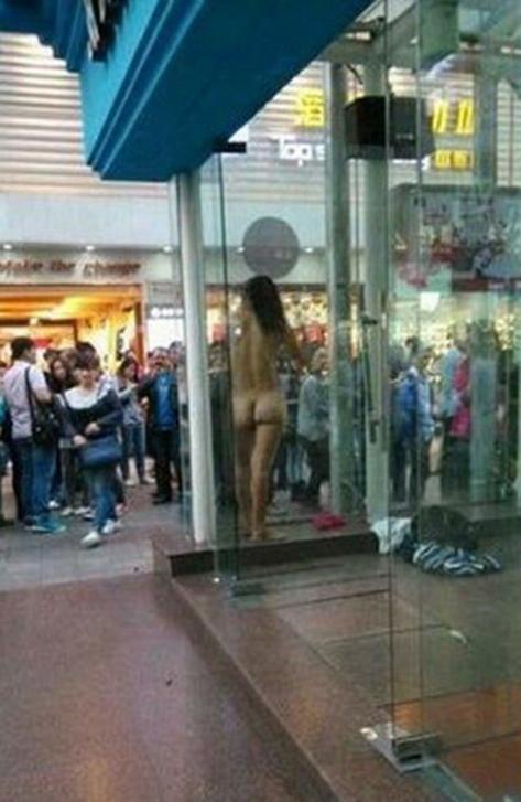 【驚愕】裸で街を徘徊する露出狂まんさん、意外なところで見つかるwwwwwwwwwwwwww(画像あり)・1枚目