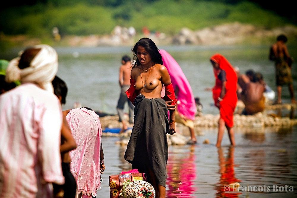【神秘】ガンジス川で沐浴するまんさん、脱いだらこんなにエロかったwww これは鼻血でたわwwwwwwwwwwwwwwwwww・10枚目