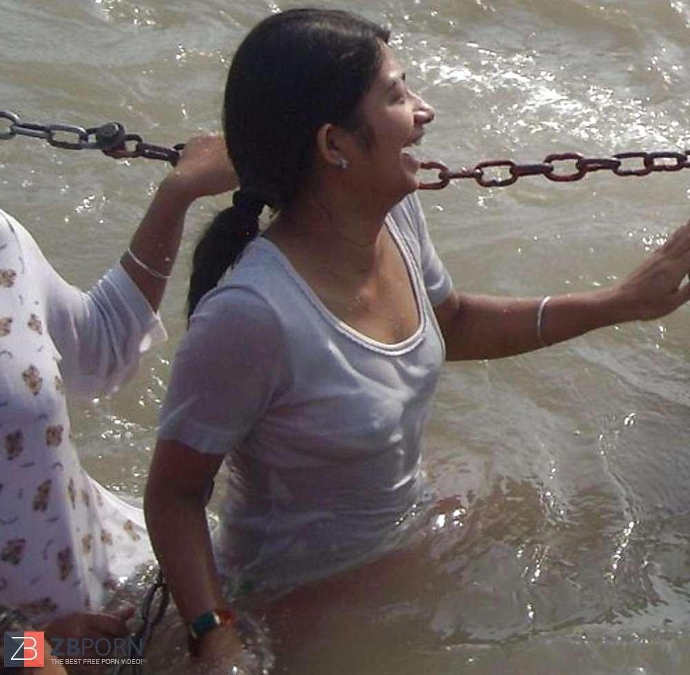 【神秘】ガンジス川で沐浴するまんさん、脱いだらこんなにエロかったwww これは鼻血でたわwwwwwwwwwwwwwwwwww・13枚目