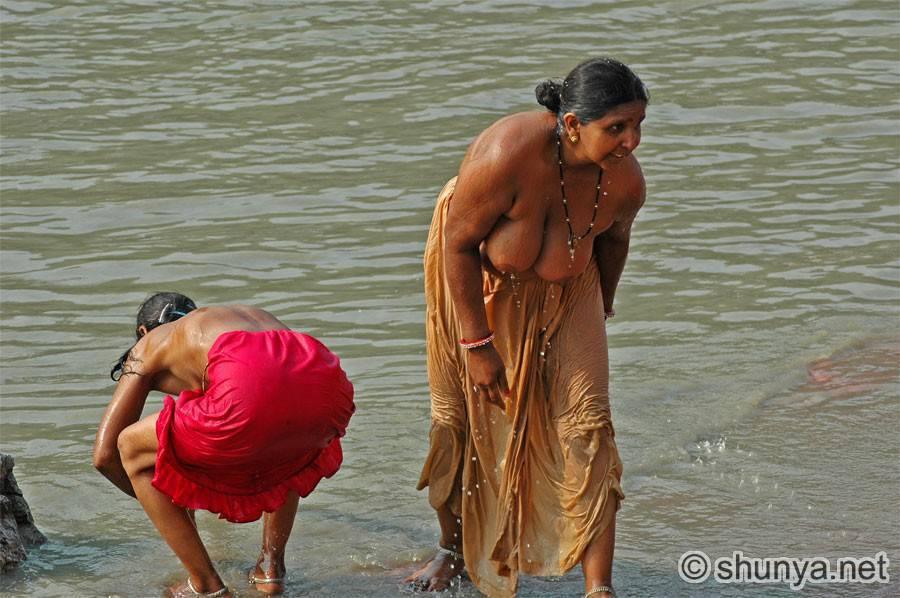 【神秘】ガンジス川で沐浴するまんさん、脱いだらこんなにエロかったwww これは鼻血でたわwwwwwwwwwwwwwwwwww・14枚目