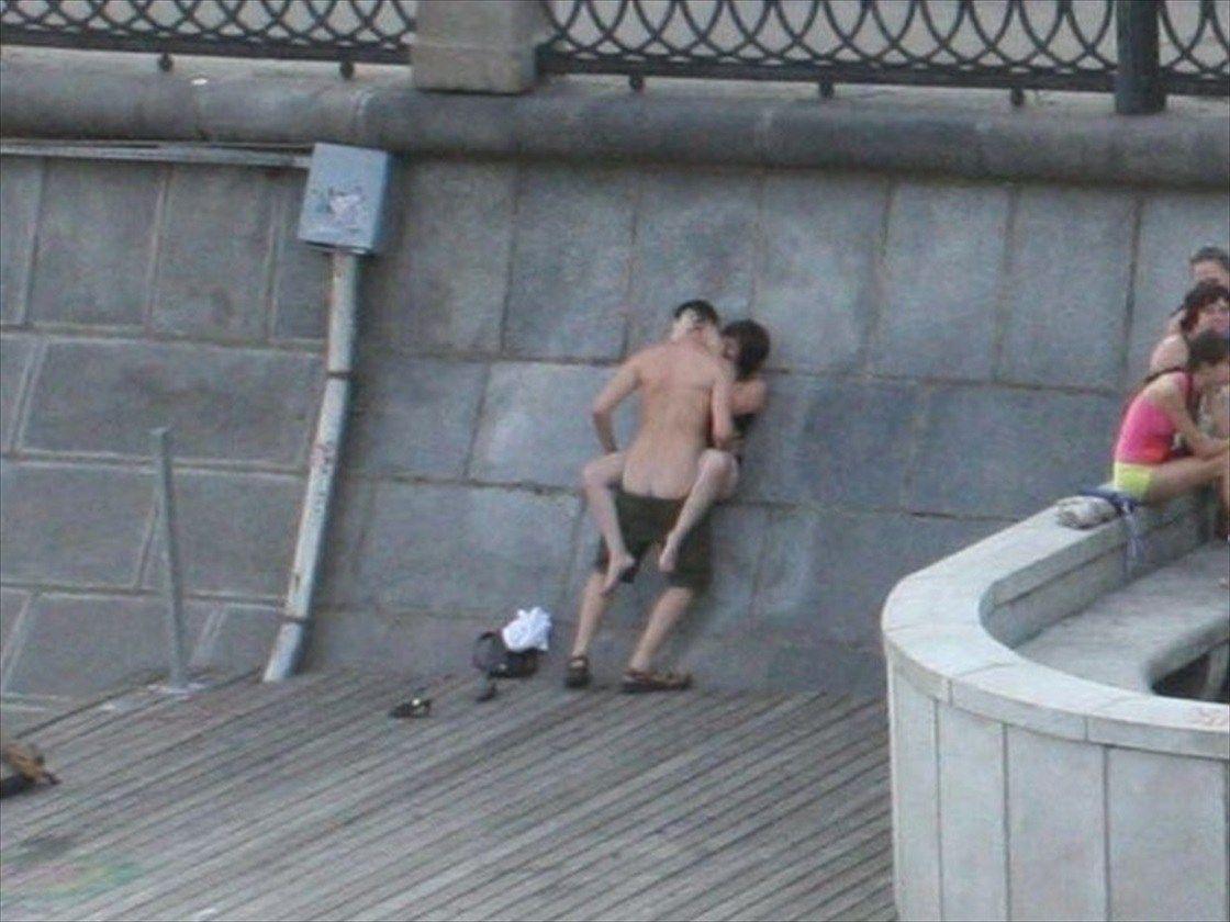 【盗撮】街で盛るバカップル。これができる外国人のメンタル凄すぎワロタ・・・(画像あり)・14枚目
