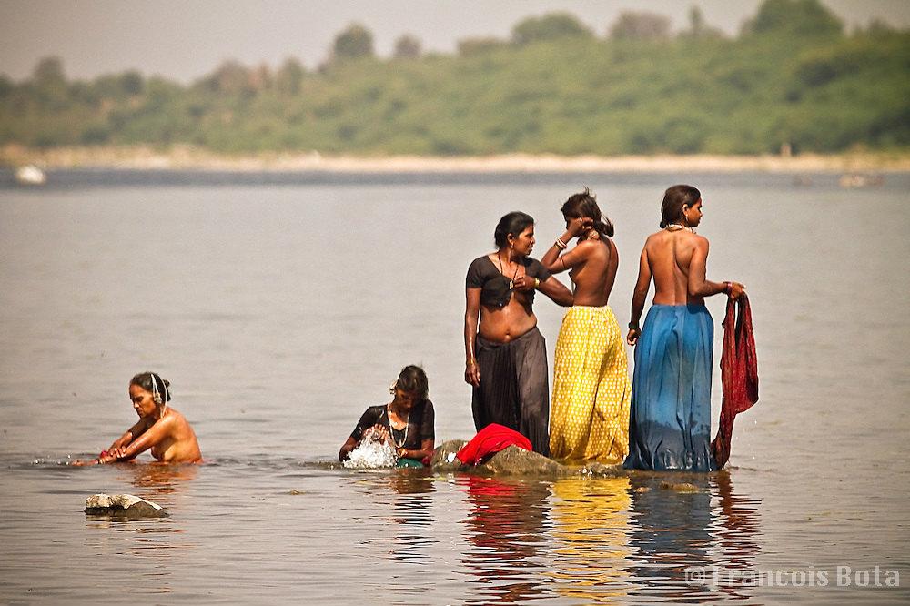 【神秘】ガンジス川で沐浴するまんさん、脱いだらこんなにエロかったwww これは鼻血でたわwwwwwwwwwwwwwwwwww・15枚目