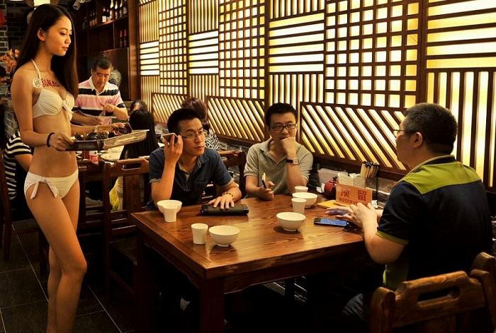 【マジキチ】ビール片手にシコシコwww 中国のセクシー居酒屋が有能すぎワロタwwwwwwwwwwwwwwwwwwwwww(画像あり)・18枚目