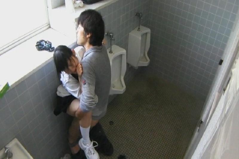【悲劇】公衆便所に女の子を一人で行かせてはいない、盗撮ともう一つの理由がこちらwwwwwwwwwwwwwwwwwww・19枚目