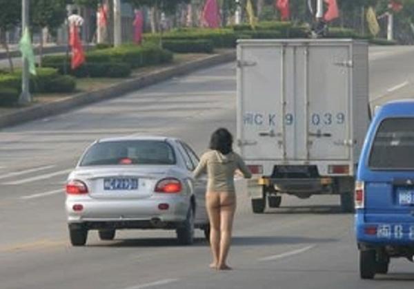 【驚愕】裸で街を徘徊する露出狂まんさん、意外なところで見つかるwwwwwwwwwwwwww(画像あり)・2枚目