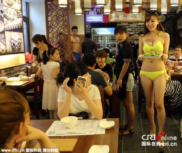 【マジキチ】ビール片手にシコシコwww 中国のセクシー居酒屋が有能すぎワロタwwwwwwwwwwwwwwwwwwwwww(画像あり)・20枚目