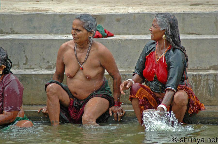 【神秘】ガンジス川で沐浴するまんさん、脱いだらこんなにエロかったwww これは鼻血でたわwwwwwwwwwwwwwwwwww・20枚目