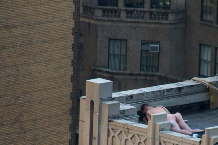 【盗撮】街で盛るバカップル。これができる外国人のメンタル凄すぎワロタ・・・(画像あり)・3枚目