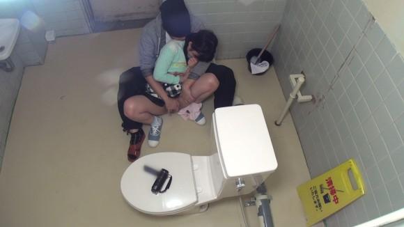 【悲劇】公衆便所に女の子を一人で行かせてはいない、盗撮ともう一つの理由がこちらwwwwwwwwwwwwwwwwwww・3枚目