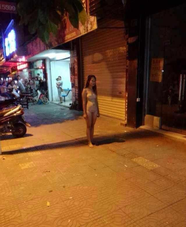 【驚愕】裸で街を徘徊する露出狂まんさん、意外なところで見つかるwwwwwwwwwwwwww(画像あり)・4枚目
