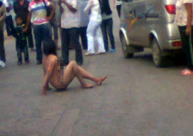 【驚愕】裸で街を徘徊する露出狂まんさん、意外なところで見つかるwwwwwwwwwwwwww(画像あり)・5枚目