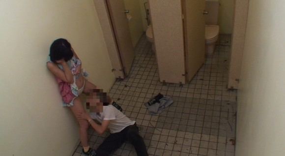 【悲劇】公衆便所に女の子を一人で行かせてはいない、盗撮ともう一つの理由がこちらwwwwwwwwwwwwwwwwwww・6枚目