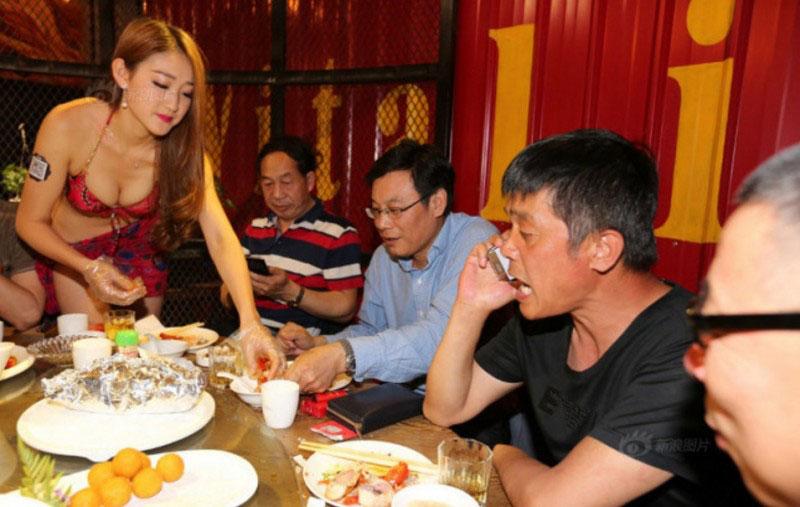 【マジキチ】ビール片手にシコシコwww 中国のセクシー居酒屋が有能すぎワロタwwwwwwwwwwwwwwwwwwwwww(画像あり)・7枚目
