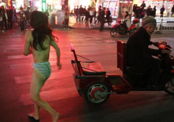 【驚愕】裸で街を徘徊する露出狂まんさん、意外なところで見つかるwwwwwwwwwwwwww(画像あり)・7枚目